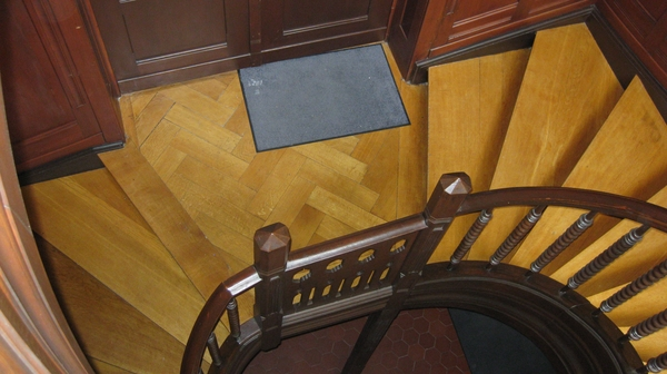 holz der idealer baustoff f r das treppenhaus ein. Black Bedroom Furniture Sets. Home Design Ideas